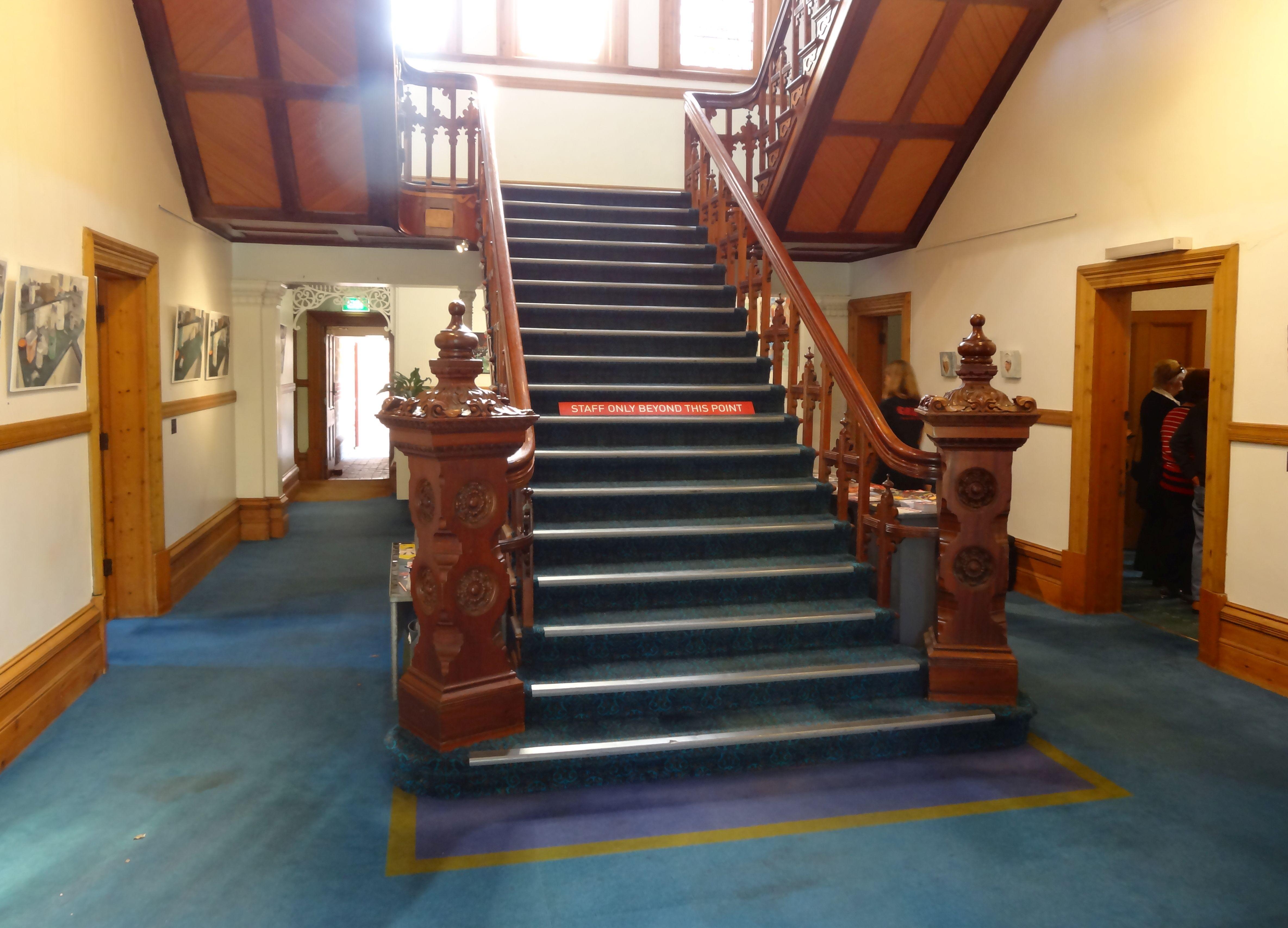 מחיר מדרגות עץ