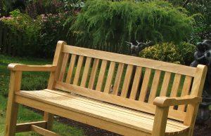 ספסל עץ נמוך